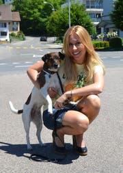 Der Luzerner TV-Star Sara Bachmann (37) mit ihrem Hündchen. (Bild: PD)