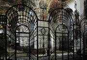 Das perspektivische Chorgitter in der Klosterkirche von Einsiedeln wurde von Pater Vinzenz Nussbaumer aus Oberägeri über zehn Jahre hinweg angefertigt. Es ist ein bedeutendes Beispiel barocker Schmiedekunst. (Bild: P. Bruno Greis, ©Kloster Einsiedeln)