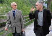 Zwei anerkannte Verkehrspolitiker: Alf Arnold (links) und Bundesrat Moritz Leuenberger, hier im Mai 2009 am Jubiläumsfest der Alpen-Initiative. (Bild Urs Hanhart/Neue UZ)