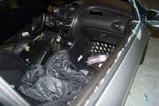 Bei diesem Auto wurde mit einem Stein die Scheibe eingeschlagen. (Bild: PD/Zuger Polizei)