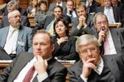 Betreten: Die Mitglieder der SVP-Fraktion trauen ihren Augen nicht. (Bild: Peter Klaunzer/Keystone)