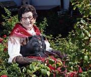 Martha Hübscher sitzt in Urner Tracht im Garten der Familie. (Bild: Werner Schelbert (Neuheim, 18. August 2017))