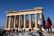 Touristen vor dem berühmten Parthenon in Athen. (Archivbild Keystone)