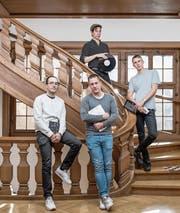 Die Macher von «Zweikommasieben»: (von links) Remo Bitzi, Marc Schwegler, Guy Schwegler sowie (ganz oben im Bild) Remo Seeland, Chef des Labels Hallow Ground. (Bild: Pius Amrein (Luzern, 17. Oktober 2017))