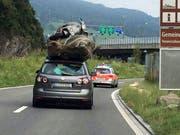 Die Polizei eskortiert das Auto in Stansstad von der Autobahn. (Bild Leserreporter)