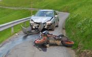 An beiden Unfallfahrzeugen entstand Totalschaden. (Bild: Kapo Schwyz (Sattel, 12. April 2017))