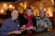 Die drei besten Zentralschweizer Jasser: Siegerin Nadine Aregger, der zweitplatzierte Hansruedi Mattmann (rechts) und Kaspar Scheiber (Rang 3, links). (Bild: Nadia Schärli / Neue LZ)