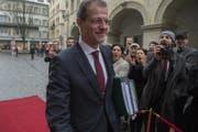 Regierungsrat Reto Wyss auf dem Weg zum Parlament. (Bild: Dominik Wunderli (Luzern, 4. Dezember 2017))