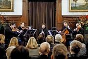 Vier Streicher plus eine Klarinette gleich virtuose Spielfreude: Fabio di Casola (Mitte) und das Leipziger Streichquartett. (Bild: Pius Amrein)
