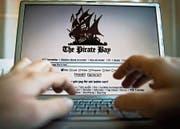 Kern der Revision ist die Bekämpfung von Internetpiraterie. Im Bild die File-Sharing-Plattform «The Pirate Bay». (Bild: Marc Femenia/Keystone)