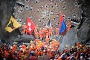 Ein grosser Moment: der Hauptdurchschlag der Gotthardröhre bei Sedrun am 15. Oktober 2010. Der nächste Meilenstein wird mit der Eröffnung des Tunnels am 1. Juni gesetzt.
