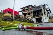 Das abgebrannte Zweifamilienhaus, in dem eine Bewohnerin ums Leben kam. (Bild: Philipp Schmidli (Schachen, 11. Februar 2018))