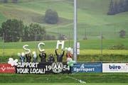 Die hartgesottenen Fans des SC Menzingen unterstützen das Team mit Choreografien. (Bild: Christian H. Hildebrand (Menzingen, 9. September 2017))