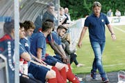Lange Gesichter auf Chamer Seite mit Trainer Jörg Portmann (rechts). (Bild: Werner Schelbert (Cham, 19. August 2017))