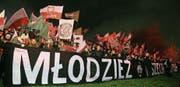 Junge Nationalisten in Warschau protestieren unter dem Slogan «Die Jugend will Gott». (Bild: Jacek Turczyk/EPA (11. November 2017))