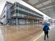 Der neu umgebaute Coop im Baarer Gotthard-Center hatte am Pfingstmontag erstmals auf – die Migros gleich nebenan gönnte ihren Angestellten den Ruhetag. (Bild Stefan Kaiser)
