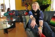 Rosie Peel bei ihrer ersten Gastfamilie in Alpnach. Im Hintergrund Leandra (links) und Margrit Liniger. (Bild Corinne Glanzmann/Neue OZ)