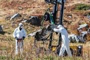 Experten bei den Trümmern. (Bild: Samuel Golay/Keystone (29. September))