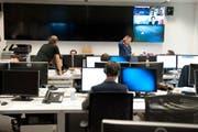 Arbeitet am ersten Tag in den neuen Räumen: Die Redaktion von Radio Pilatus. (Bild: Boris Bürgisser / Neue LZ)