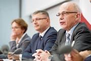 Eva Herzog, Vizepräsidentin der Finanzdirektorenkonferenz, Charles Juillard, Präsident der Finanzdirektorenkonferenz, und Bundesrat Ueli Maurer informieren über die Unternehmenssteuerreform III. (Bild: Marcel Bieri/Keystone (Bern, 27. Oktober 2016))