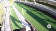 Der Freeskier Fabian Bösch postete das Video auf Facebook, auf dem er eine Skisprungschanze rückwärts runterrast. (Bild: Screenshot Facebook)