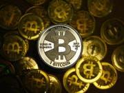 Das Geschäft mit Cybergeld boomt. Bitcoin ist die grösste und bekannteste Kryptowährung. (Bild: Keystone/DPA dpa-Zentralbild/JENS KALAENE)