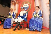 Prinz Walter I. Weber, umgeben von seinen Prinzessinnen Ehefrau Angelica (rechts) und Birgitt Siegrist, will an der Fasnacht brav und bieder vergessen machen. (Bild: Charly Keiser)