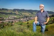 Martin Hug auf einer Anhöhe ob Schüpfheim. (Bild Philipp Schmidli)