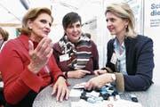 FDP-Frauen im Gespräch an der Zuger Messe: Carina Brüngger (Mitte), mit Doris Fiala (links) und Birgitt Siegrist. (Bild: Werner Schelbert (26. Oktober 2017))
