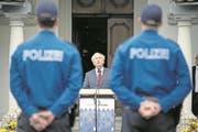 Justiz- und Sicherheitsdirektor Paul Winiker bei der Vereidigung von Polizisten im Innenhof des Chorherrenstifts St. Michael in Beromünster. (Bild: Pius Amrein (24. September 2015))