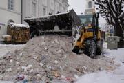 Mit Bagger und Schaufel wird der Abfall und Schnee an der Bahnhofstrasse in Luzern weggeräumt. (Bild: PD)