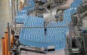 Blick in die Produktionsstätte des Mineralwassers Evian im französischen Évian-les-Bains. (Bild: Stuart Franklin/Getty (13. September 2017))