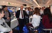 Emmer Sekundarklasse gewinnt den ersten Preis in einem schweizweiten Filmwettbewerb. Bundesrat Johann Schneider-Amman begleitete die Klasse am 20.11.2017 auf ihrem Weg nach Zürich im VIP-Zug. (Bild: Heinz Schürmann)