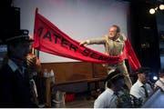 Szene aus Michel Roths Oper nach Hermann Burger: Robert Koller in der Rolle des von «Unterleibsmigräne» geplagten Dr. Wolfram Schöllkopf. (Bild: Lucerne Festival/Priska Ketterer)
