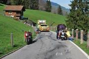 Mehrere Personen betreuen den verletzten Motorradfahrer. (Bild: PD)