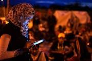 Unentbehrliches Smartphone: Flüchtlinge tauschen unterwegs übers Internet wichtige Informationen aus. (Bild: EPA/Nake Batev)