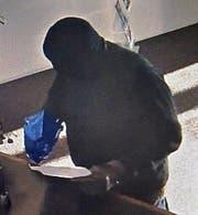 Der Täter hat das Geld in einen blauen Plastiksack gesteckt. (Bild: Luzerner Polizei (Meggen, 29. Dezember 2017))