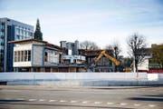 Das ehemalige Personalhaus von Schindler wird abgerissen. Bild: Manuela Jans-Koch (Ebikon, 17. November 2016)