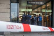 Polizisten in der Sperrzone nachdem Überfall auf die Gübelin-Filiale am Schwanenplatz am 10. September 2017. (Bild: Boris Bürgisser)