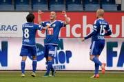 Luzerns Samed Yesil feiert mit seinen Teamkollegen das 1:0. (Bild: Keystone / Urs Flüeler)