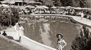 Blick auf das nierenförmige Bürgenstock-Freibad während einer Modeschau in den 1960er-Jahren. (Bild: Privatalbum Fred Hausheer)