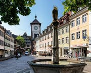 Freiburgs Altstadt ist voller malerischer Winkel. Vom Schwabentor aus führt ein Fussweg zum nahe gelegenen Schlossberg hinauf, von wo aus man einen herrlichen Blick auf die Stadt geniesst.