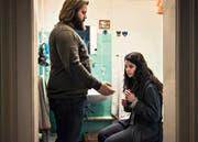 Eine schwierige Beziehung: Simon Amstad (Antoine Monot) und seine traumatisierte Frau (Sarah Hostettler). (Bild: PD/SRF/Daniel Winkler)
