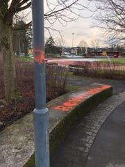 Diese Schmierereien wurden beim Sportplatz Chärnsmatt hinterlassen. (Bild: Luzerner Polizei)
