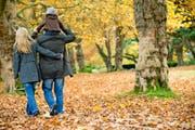 Herbstspaziergänge am Sonntagnachmittag meidet die kinderlose Singlefrau Sarah. Um sich den Anblick glücklicher Familien zu ersparen. (Bild: Getty)