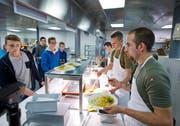 Für einmal gibt das Militär in der GIBZ-Kantine Essen an die Lehrlinge aus. (Bild Stefan Kaiser)