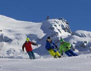 Skifahrer ziehen am Titlis ihre Kurven. (Archivbild PD)