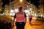 Diese Polizisten tragen bereits eine Waffe: eine Patrouille unterwegs in Luzern. Bild: Dominik Wunderli (26. September 2014)