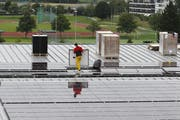 Auf der Bossard Arena in Zug werden Solarpanels installiert. (Bild: Archiv Neue ZZ)