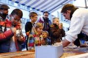 Die Kinder sind begeistert. (Bild: Werner Schelbert (Zug, 4. November 2017))